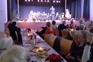 Vikids und JBO spielten unter Michael Meininger auf der Weihnachtsfeier der Altenmittlauer Seniorinnen und Senioren